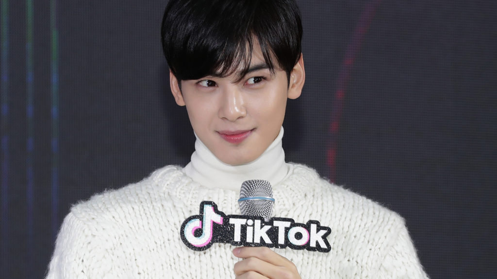 Cha Eun-Woo, az Astro fiúzenekar tagja a Tik Tok sajtóeseményén, Szöulban