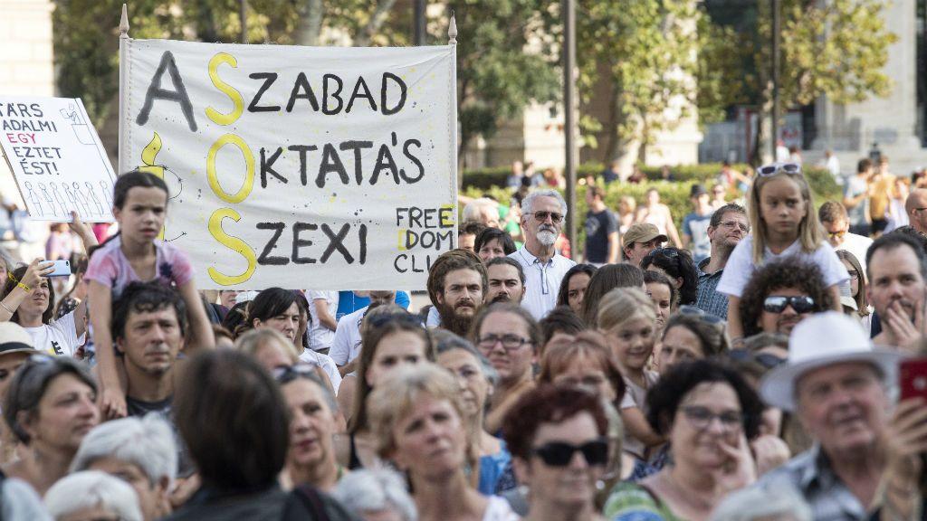 köznevelési törvény elleni tiltakozó demonstráció