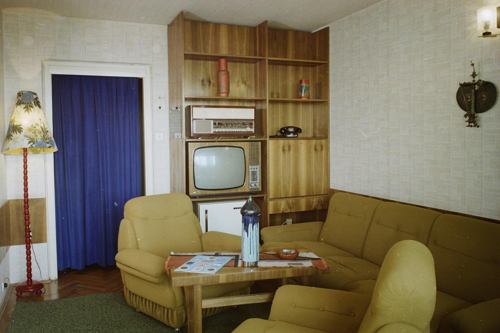 Televízió, hatalmas, korszerű rádiókészülék és klasszikus, spirálzsinóros telefon a polcon a Hotel Aero egyik szobájában. (Fotó: Fortepan)