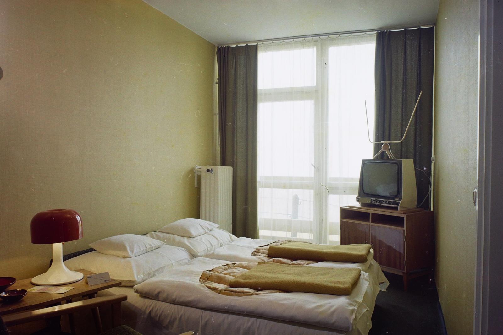 A Hotel Olimpia egérlyuk méretű szobája viszont mai embernek már fullasztóan kicsi. (Fotó: Fortepan)