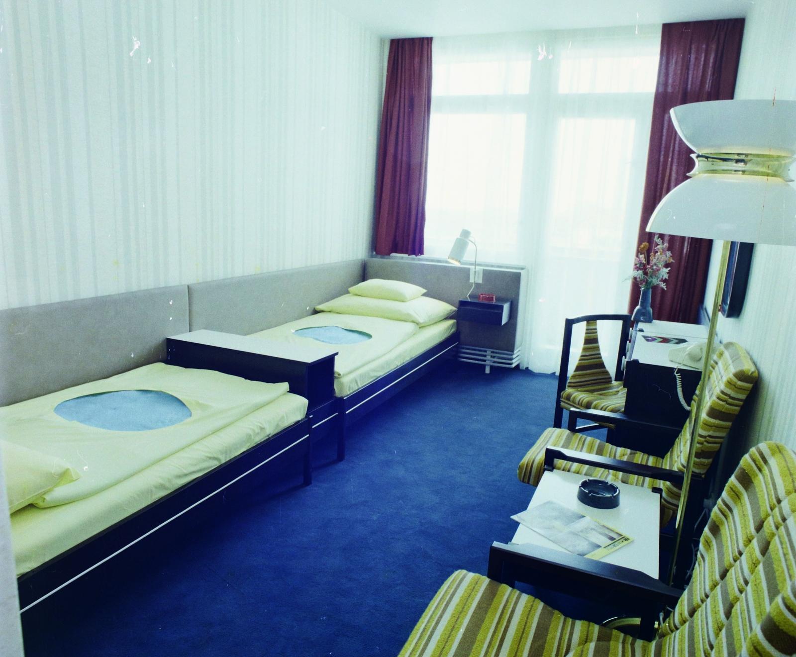 A pécsi Hotel Pannónia szobájában a bútorkárpit annyira szemet gyönyörködtető, hogy most is elférne egy modern enteriőrben. (Fotó: Fortepan)