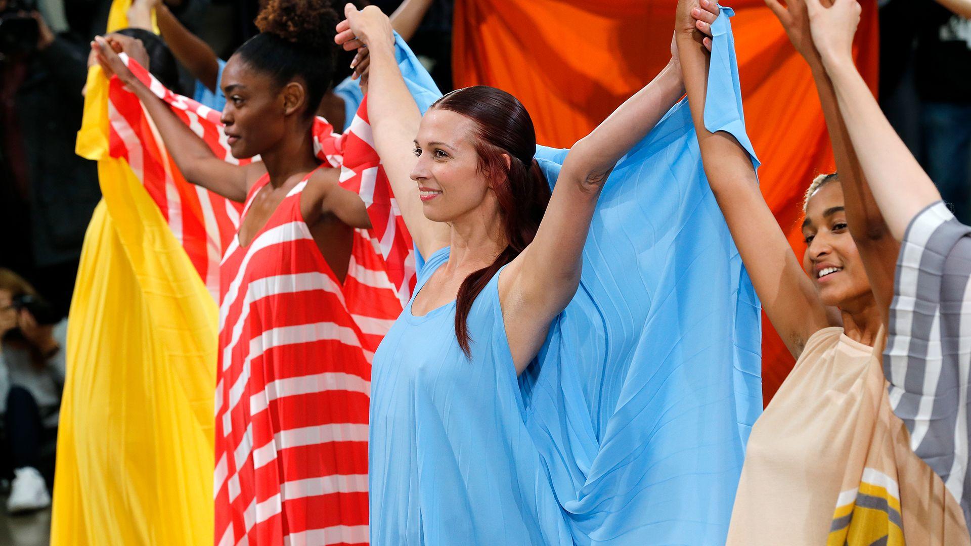 Modellek az Issey Miyake 2020 tavaszi-nyári kollekciójának bemutatóján
