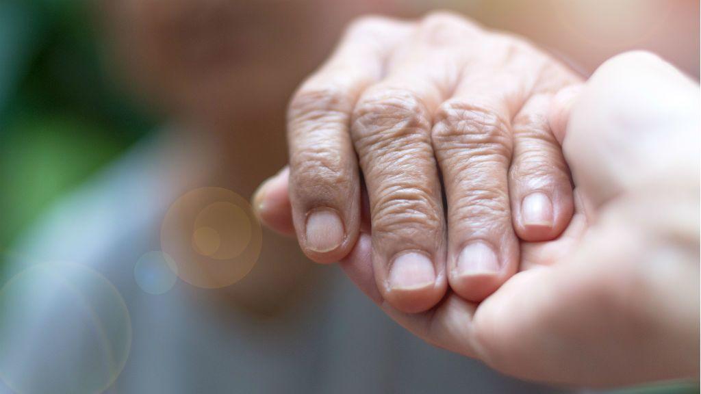 kéz öreg fiatal segítség