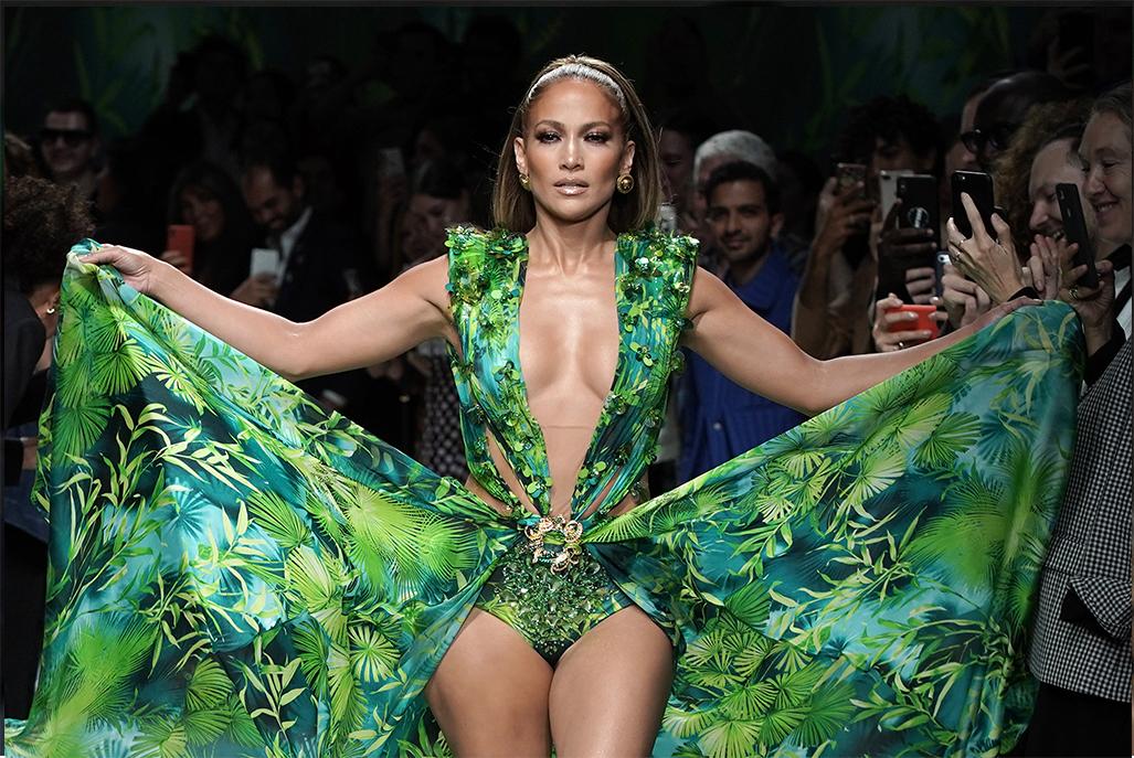 Jennifer Lopez a Versace divatbemutatón