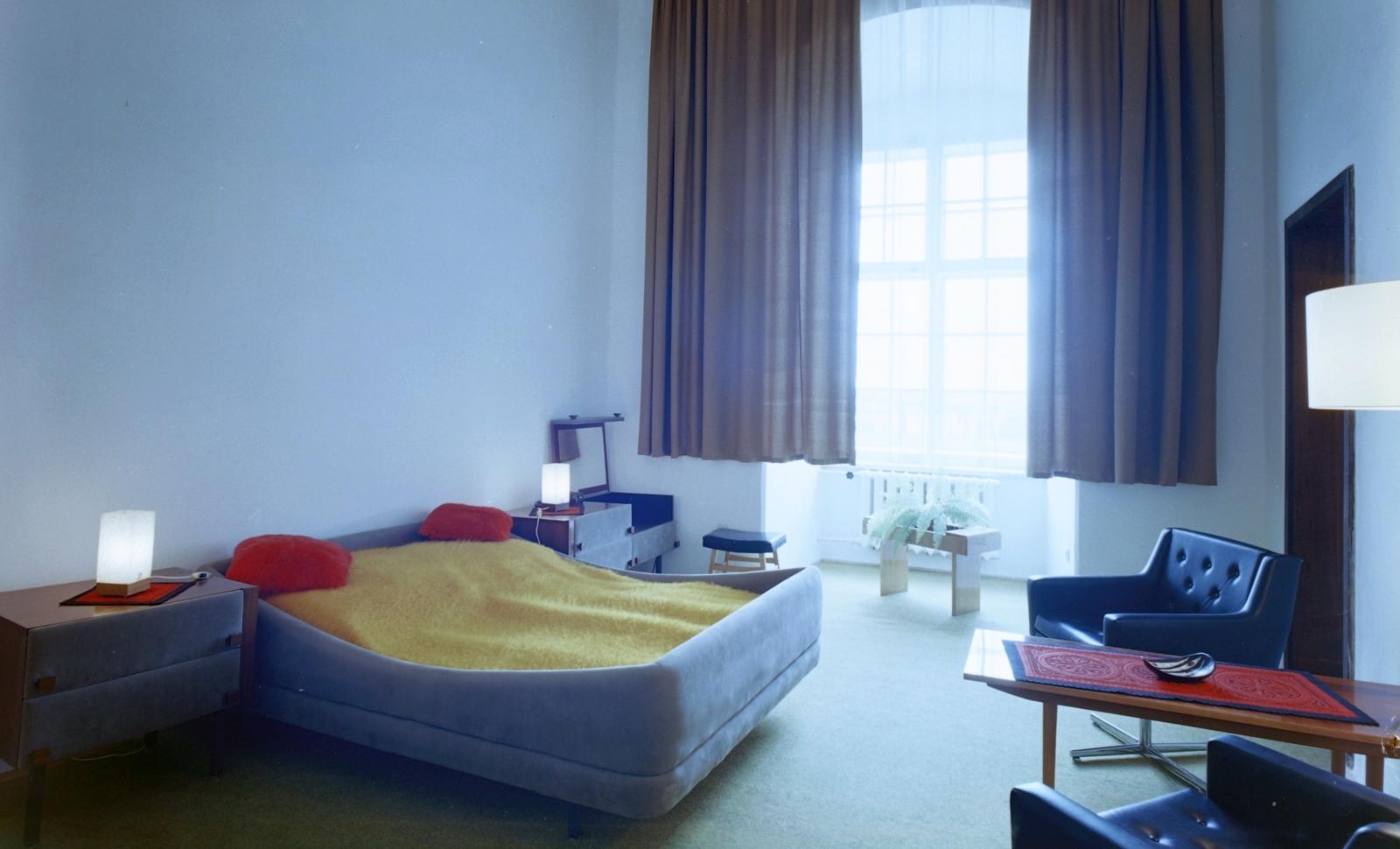 Kedvencünk ez az ágy, ami egy sajnos azóta már megszűnt siklósi hotelszobát ékesített. (Fotó: Fortepan)