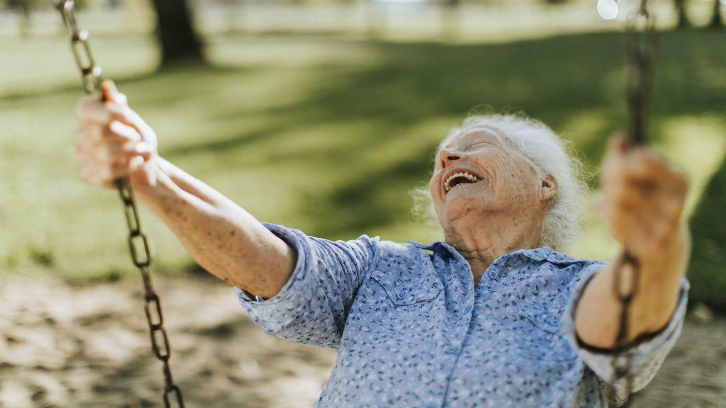 boldog idős nő