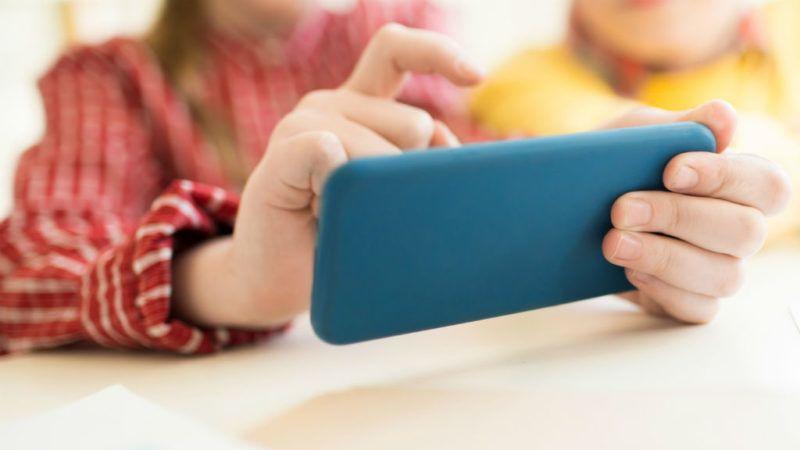 Okostelefonon írhatják majd a dolgozatot a diákok