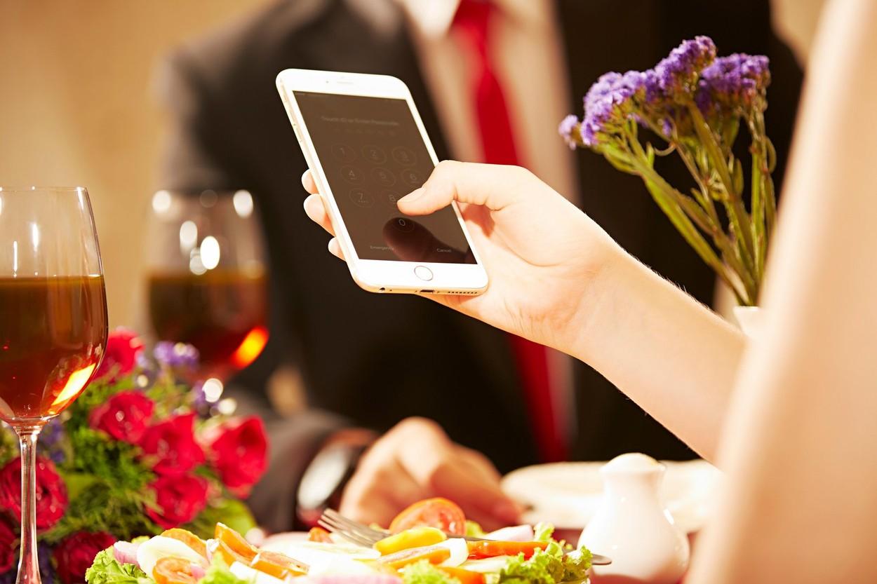 Az asztalnál hanyagold a telefont! (Fotó: Profimedia)