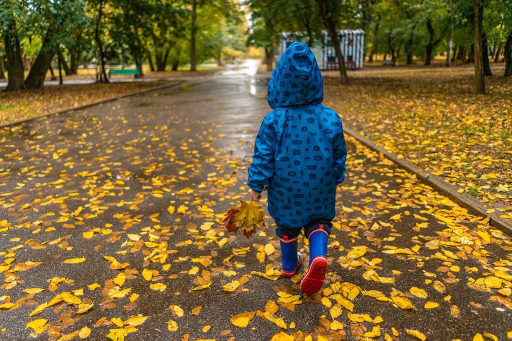 óvodás, öltözködés, esőkabát, ősz, gumicsizma