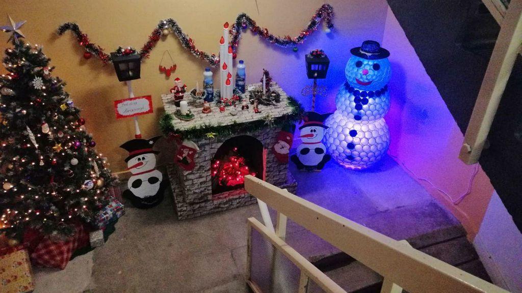 karácsonyi dekoráció lépcsőház