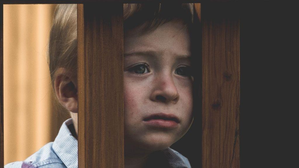 fiú gyerek szomorúság