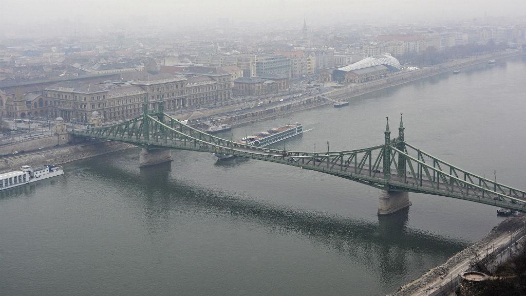 budapest szabadság híd köd eső tél
