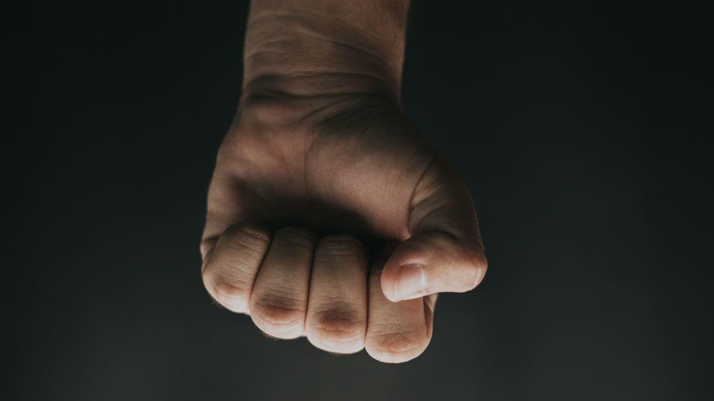 erőszak bántalmazás verés ököl