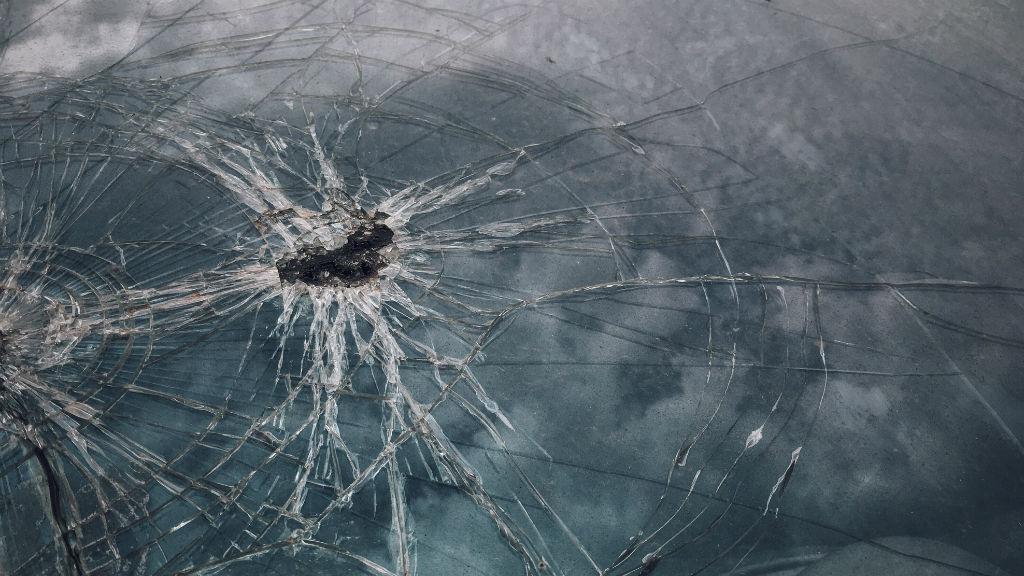 autó törött szélvédő baleset