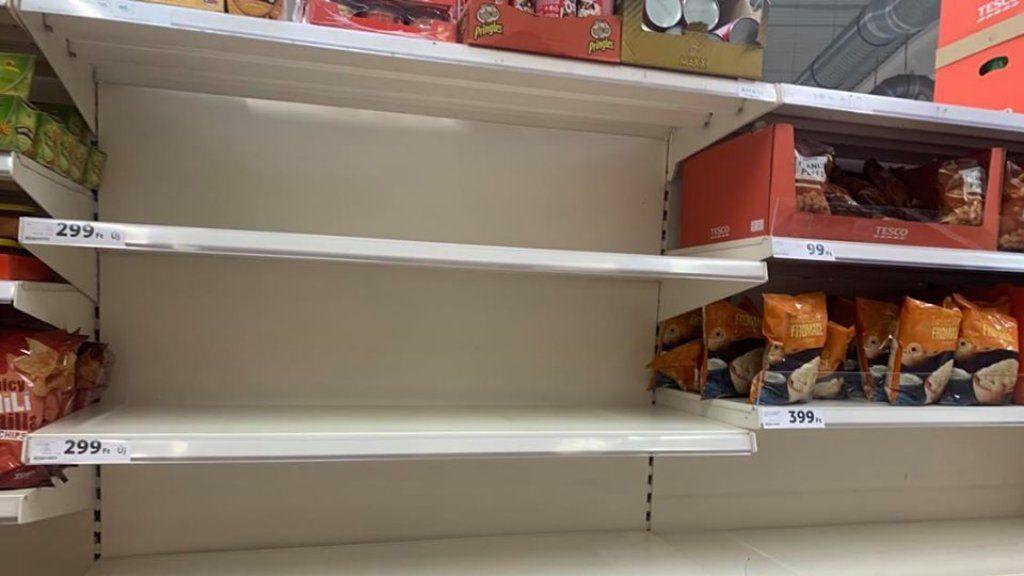 Kifosztott polcok az egyik hipermarketben (Fotó: olvasónk)