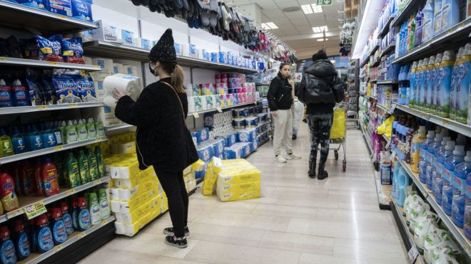Egészségügyi termékek egy milánói szupermarket polcain (Fotó: Valeria Ferraro/SOPA Images/LightRocket via Getty Images)