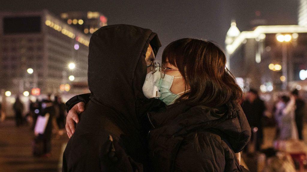 Védőmaszkban csókolózik a kínai pár Pekingben / Getty Images