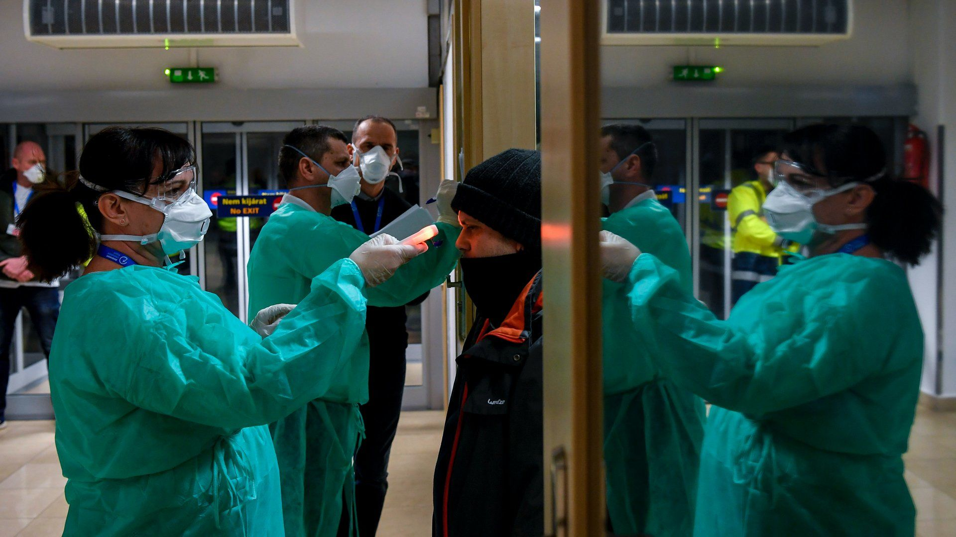 Olaszországból hazatért utasok testhőmérsékletét mérik a milánói járat érkezése után a debreceni repülőtéren 2020. február 25-én (Fotó: MTI/Czeglédi Zsolt)