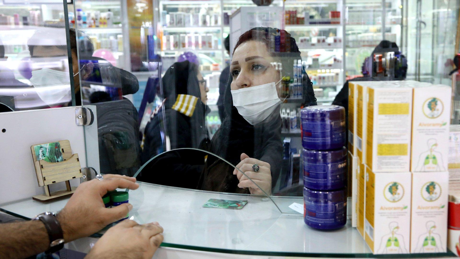 Képünk illusztráció. Védőmaszkot viselő vásárló egy teheráni gyógyszertárban 2020. február 25-én (Fotó: MTI/AP/Ebrahim Noruzi)