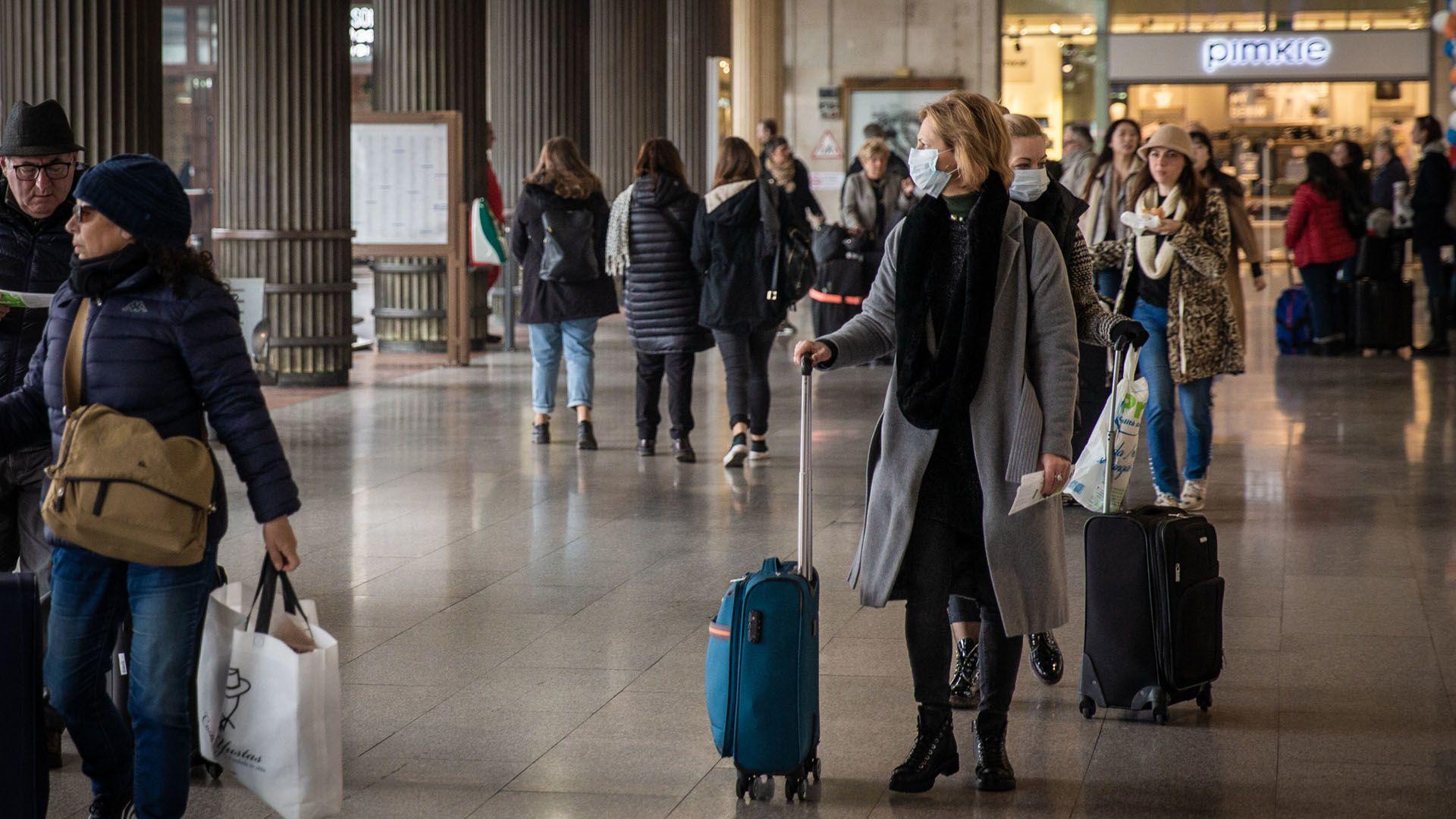 Szájmaszkot viselő utasok a velencei Santa Lucia pályaudvaron (Fotó: Manuel Romano/NurPhoto)