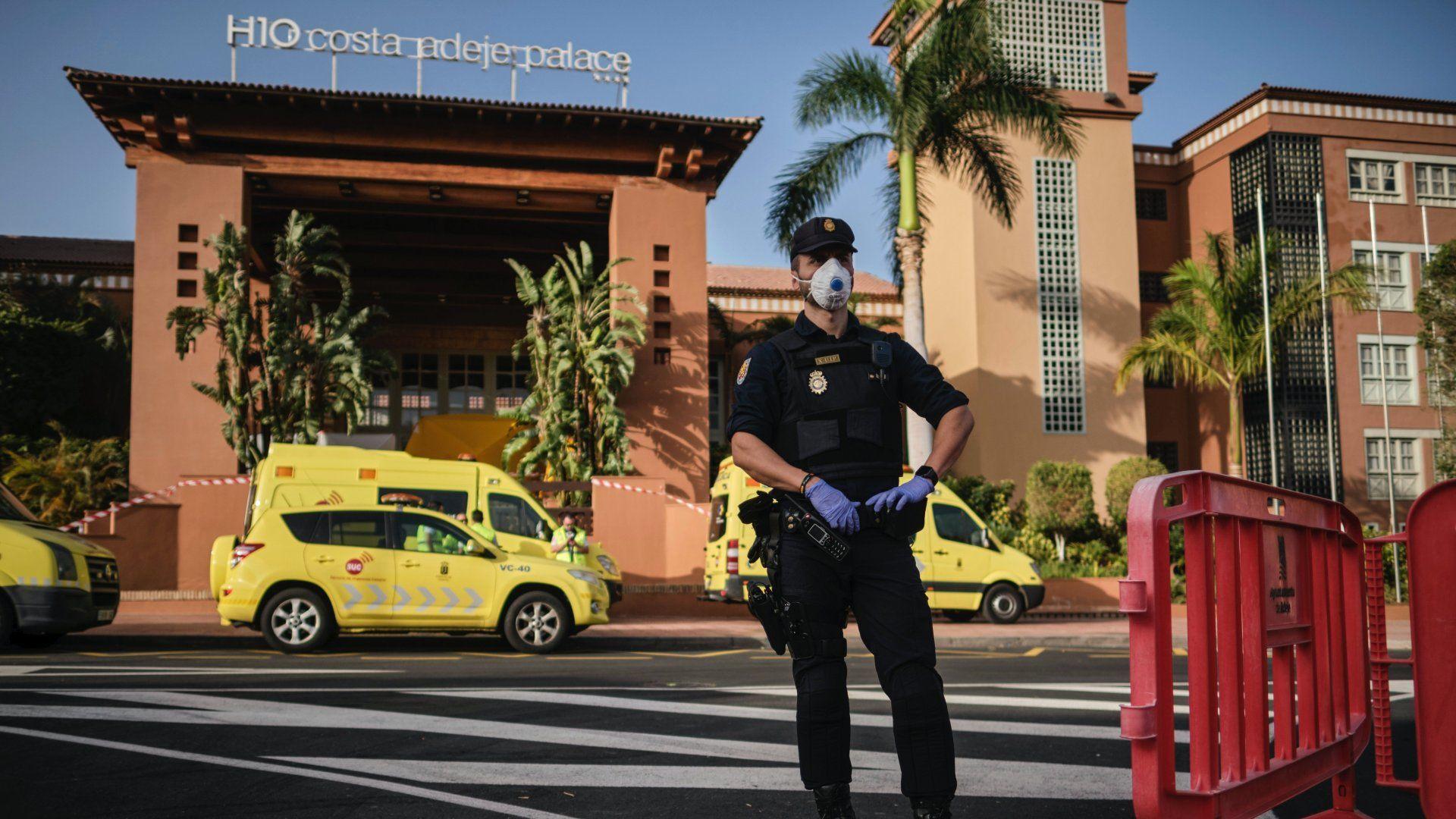 Szájmaszkot viselő rendőrök a Tenerife nyugati partjánál lévő Costa Adeje üdülõhely H10 Costa Adeje Palace nevű szállodája előtt 2020. február 26-án (Fotó: MTI/AP)