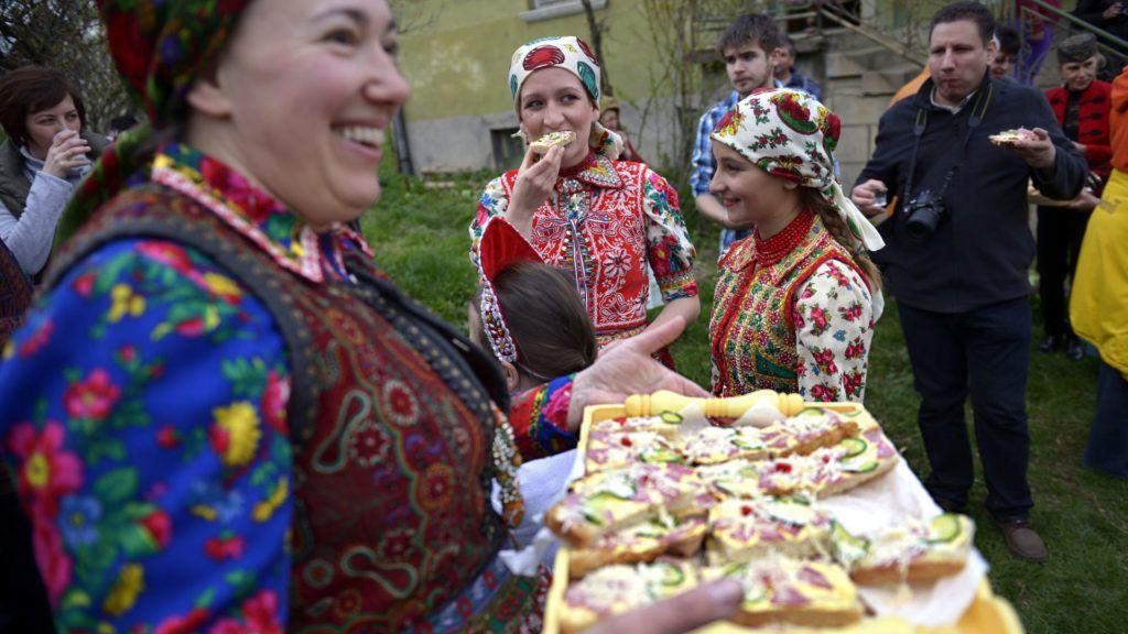 Retro szendvicset kínálnak a Kolozs megyei Mérán, a Szent György-napi juhmérésen (MTI Fotó: Beliczay László)