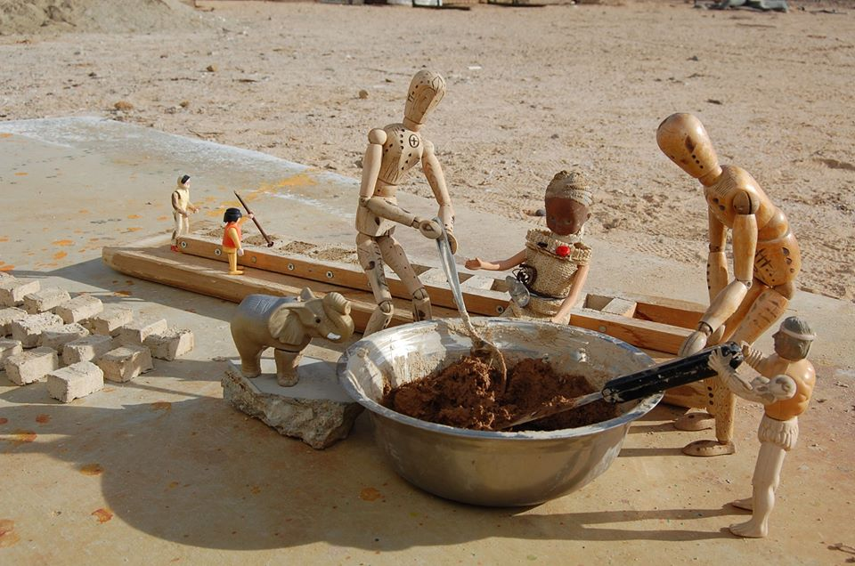Ezen a képen épp téglákat készítenek a dolgos sunvale-i polgárok