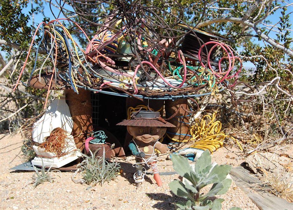Bionica Troll, a neves képzőművész, és az ő drótokból készült háza