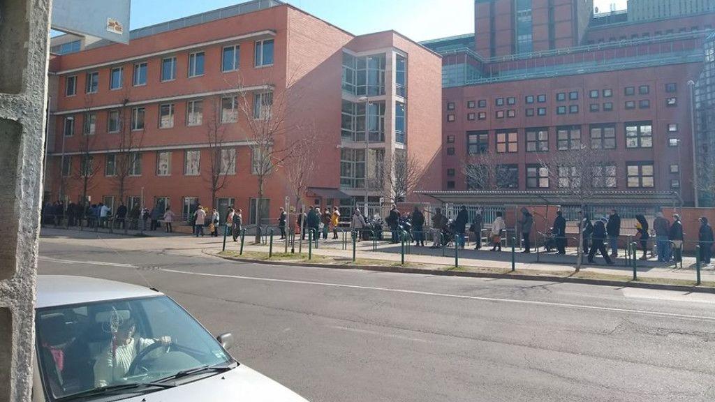 Végtelen sor a Honvédkórház előtt (Fotó: nlc)