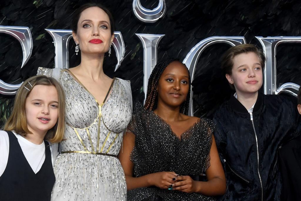 Angelina Jolie a lányaival a Démóna európai bemutatóján tavaly októberben: Vivienne Marcheline Jolie-Pitt, Zahara Marley Jolie-Pitt és Shiloh Nouvel Jolie-Pitt (Fotó: Dave J Hogan/Getty Images)