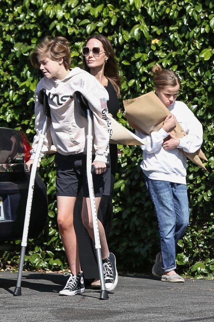 Angelina Jolie két lányával, Shiloh-val és Vivienne-nel Los Felizben (Fotó: Bruce/Javiles/WCP / BACKGRID / Backgrid USA / Profimedia)