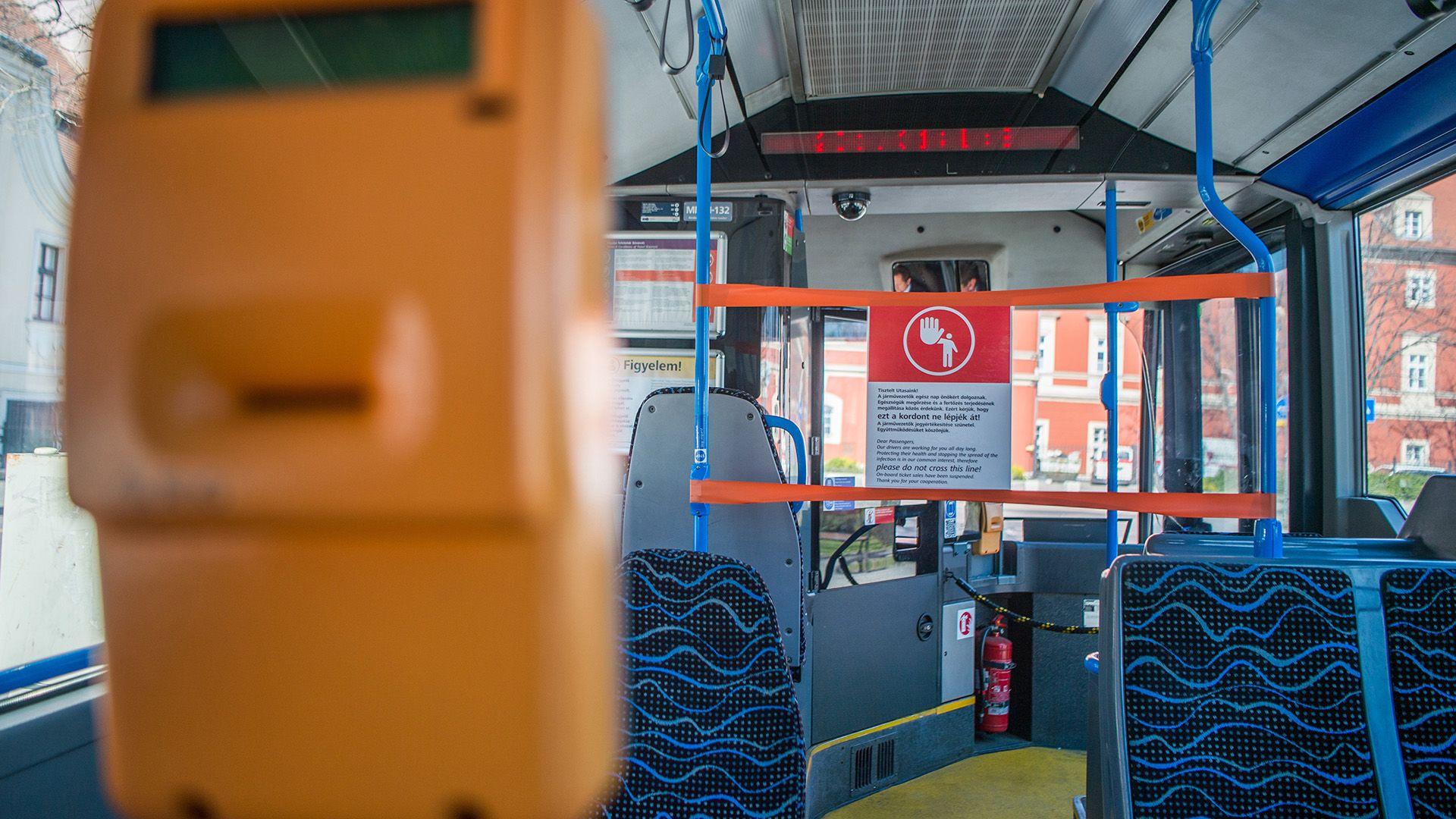 Tájékoztató felirat a járművezető védelmére felállított kordonon a BKK egyik autóbuszán (fotó:MTI/Balogh Zoltán)