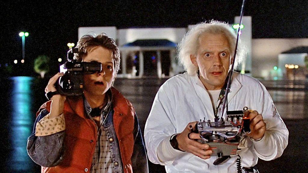 Michael J. Fox (b.) és Christopher Lloyd (j.) a Vissza a jövőbe első részében (Fotó: YouTube)