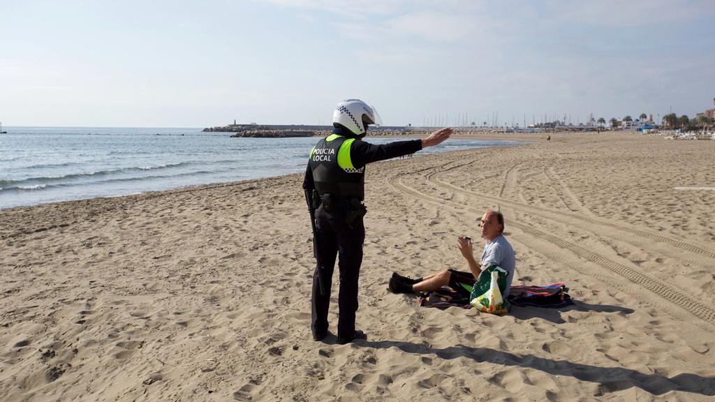 Rendőr küldi haza polgártársát a spanyol tengerparton