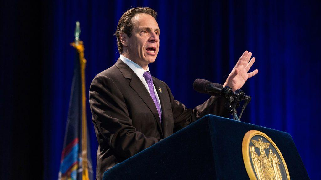 Andrew Cuomo New York állam kormányzója bemutatta a saját gyártású fertőtlenítő készítményt