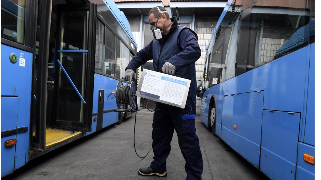 Ózonos fertõtlenítés a tömegközlekedésben.(MTI/Koszticsák Szilárd)