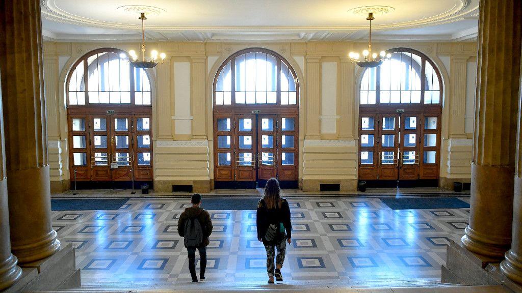Hallgatók hagyják el a Debreceni Egyetem főépületét 2020. március 11-én. (Fotó: MTI)