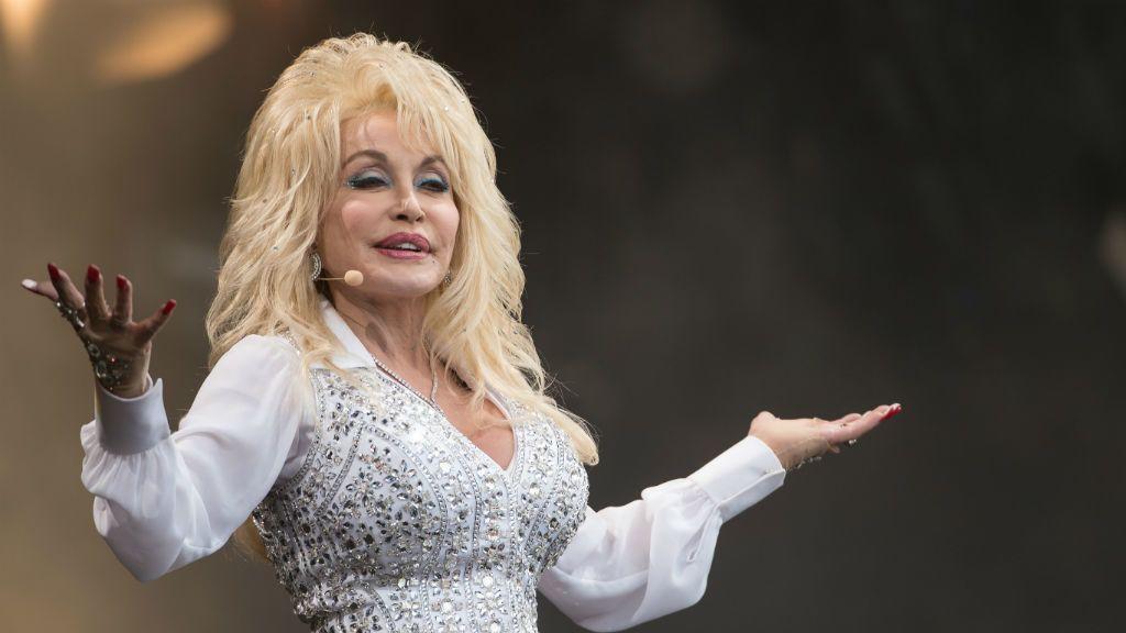 Dolly Parton túl a hetvenen is simán a kamerák elé állna pőrén - Fotó: Getty Images
