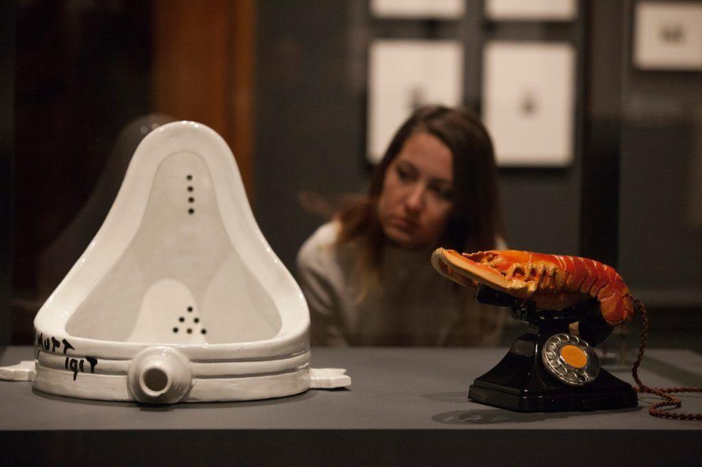 Elsa von Freytag- Loringhoven porcelán piszoárja és Salvador Dali homártelefonja (Fotó: Anna Watson / Camerapress / Profimedia)
