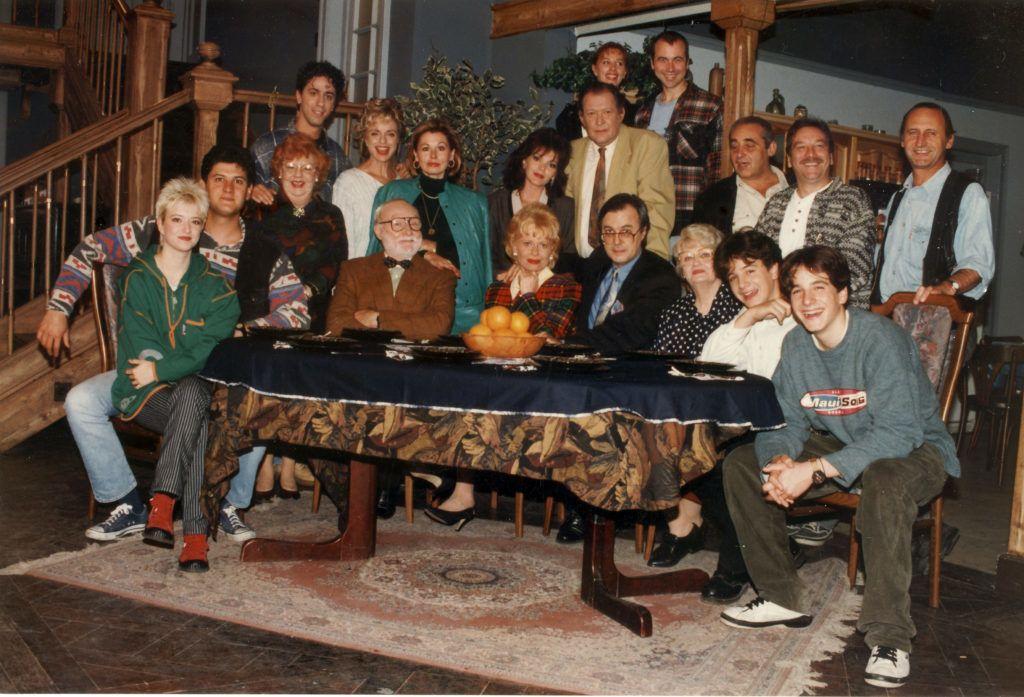 A Familia Kft. című sorozat szereplői. A Família Kft. az 1990-es évek egyik legnépszerűbb magyar televíziós sorozata. Magyarországon ez volt az első szituációs komédia (sitcom). A pilot epizódokat 1991 októberében sugározta a Magyar Televízió (Fotó smagpictures.com)