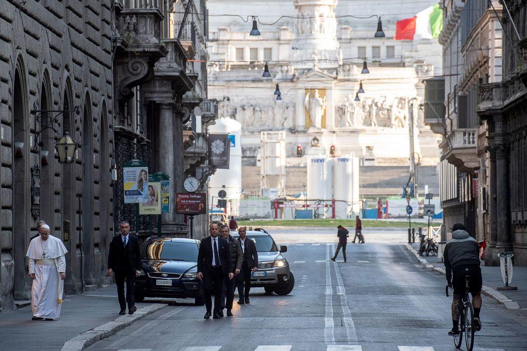 Ferenc pápa imádságra érkezik a római San Marcello al Corso-templomba (Fotó: Vatican Pool/Getty Images)