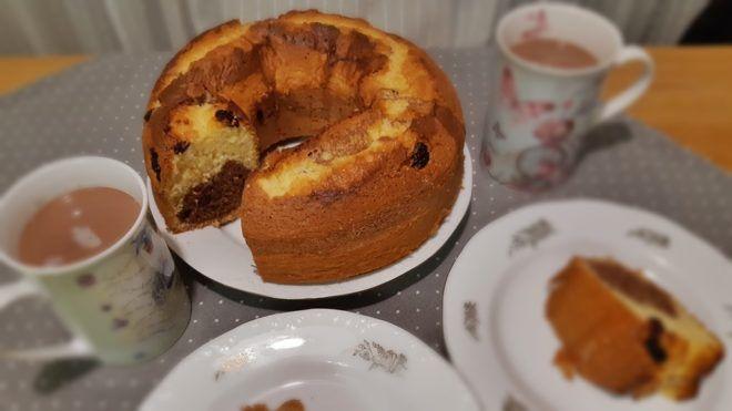 Vaníliás és csokis kuglóf, romantikusan kakaóval (A szerző fotója)