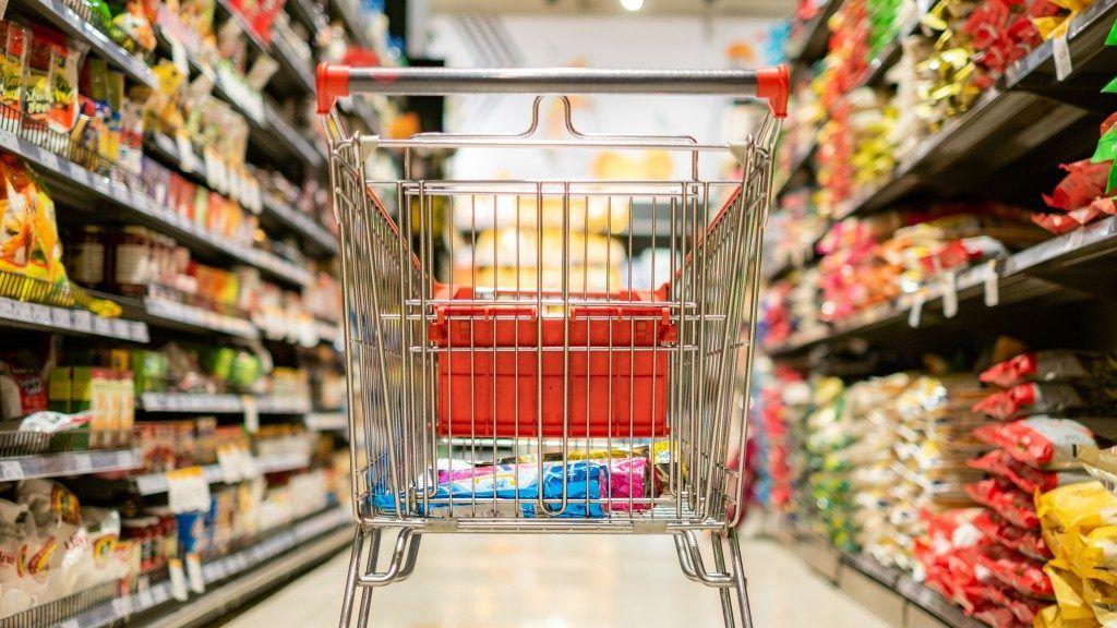 Folyamatosan töltik az árukészleteket (Fotó: Jenwit Ritbundit / EyeEm / Getty Images)