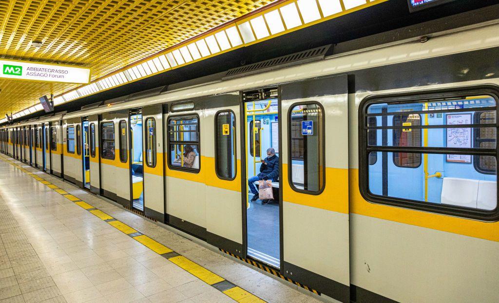 Üresen járnak a metrók Milánóban a karantén alatt