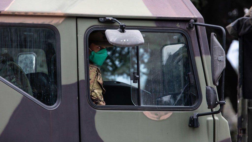 Fertőtlenítő és vegyvédelmi eszközök érkeztek Bergamóba (Fotó: Emanuele Cremaschi / Stringer / Getty Images)