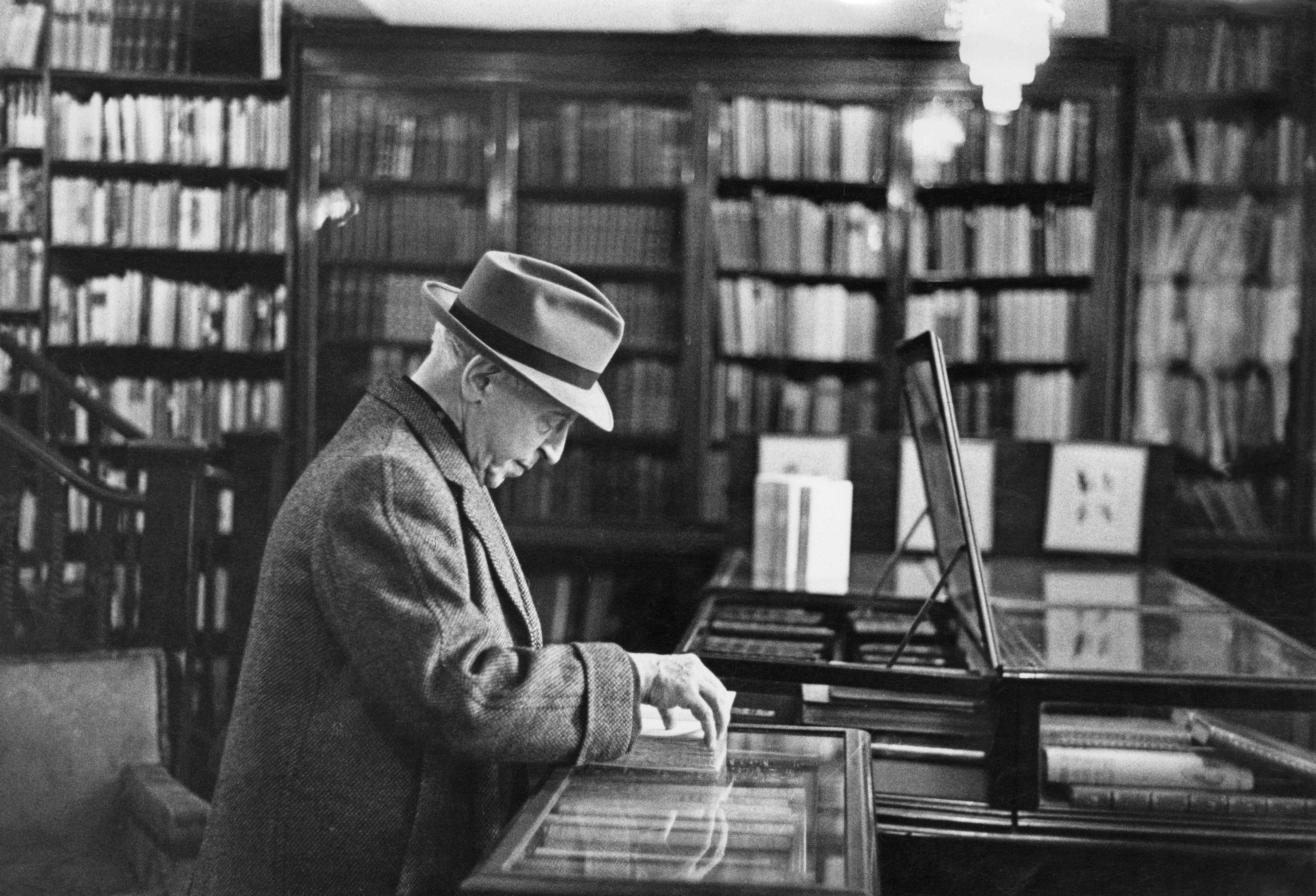 Arthur Rubinstein zongoraművész könyveket válogat a londoni West Enden (fotó: Erich Auerbach/Getty Images)