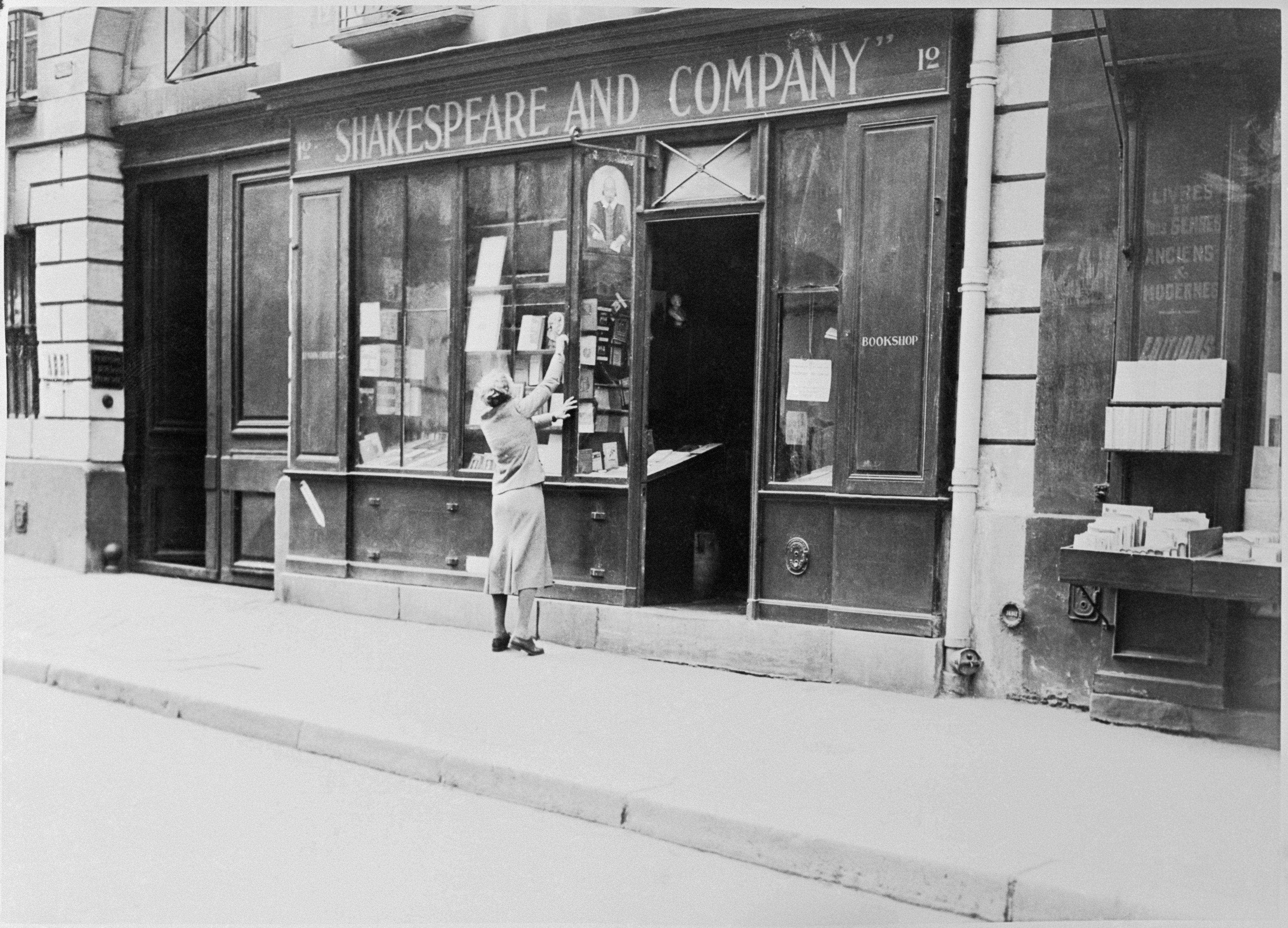 Sylvia Beach, a párizsi Shakespeare & Company könyvesbolt alapítója kirakatrendezés közben (fotó: Gettyimages)