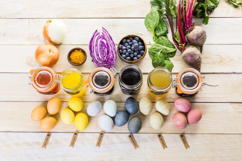 Hagyma, kurkuma, káposzta, áfonya, spenót és cékla - ezeket mind felhasználhatod a tojásfestésnél (Fotó: Getty Images)