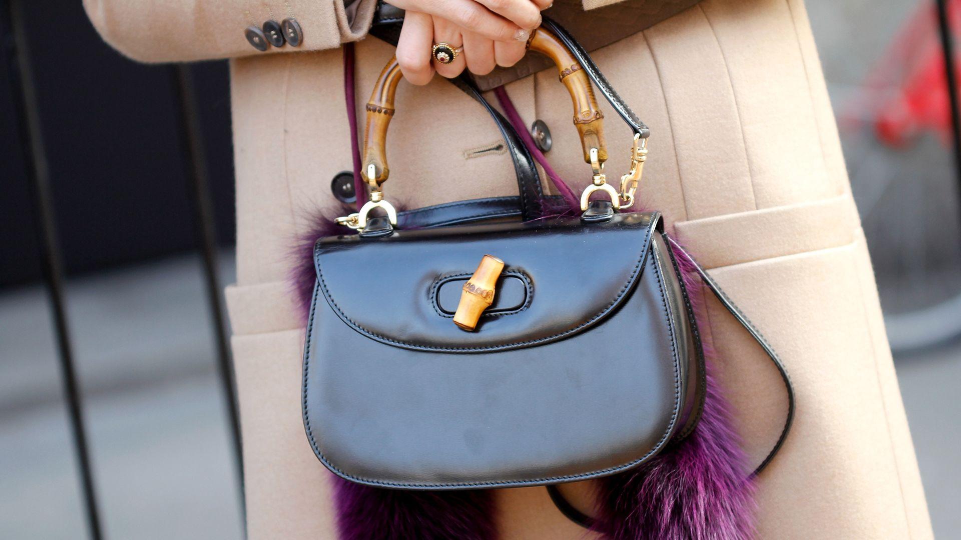 1947-ben mutatták be az első Gucci Bamboo táskát.