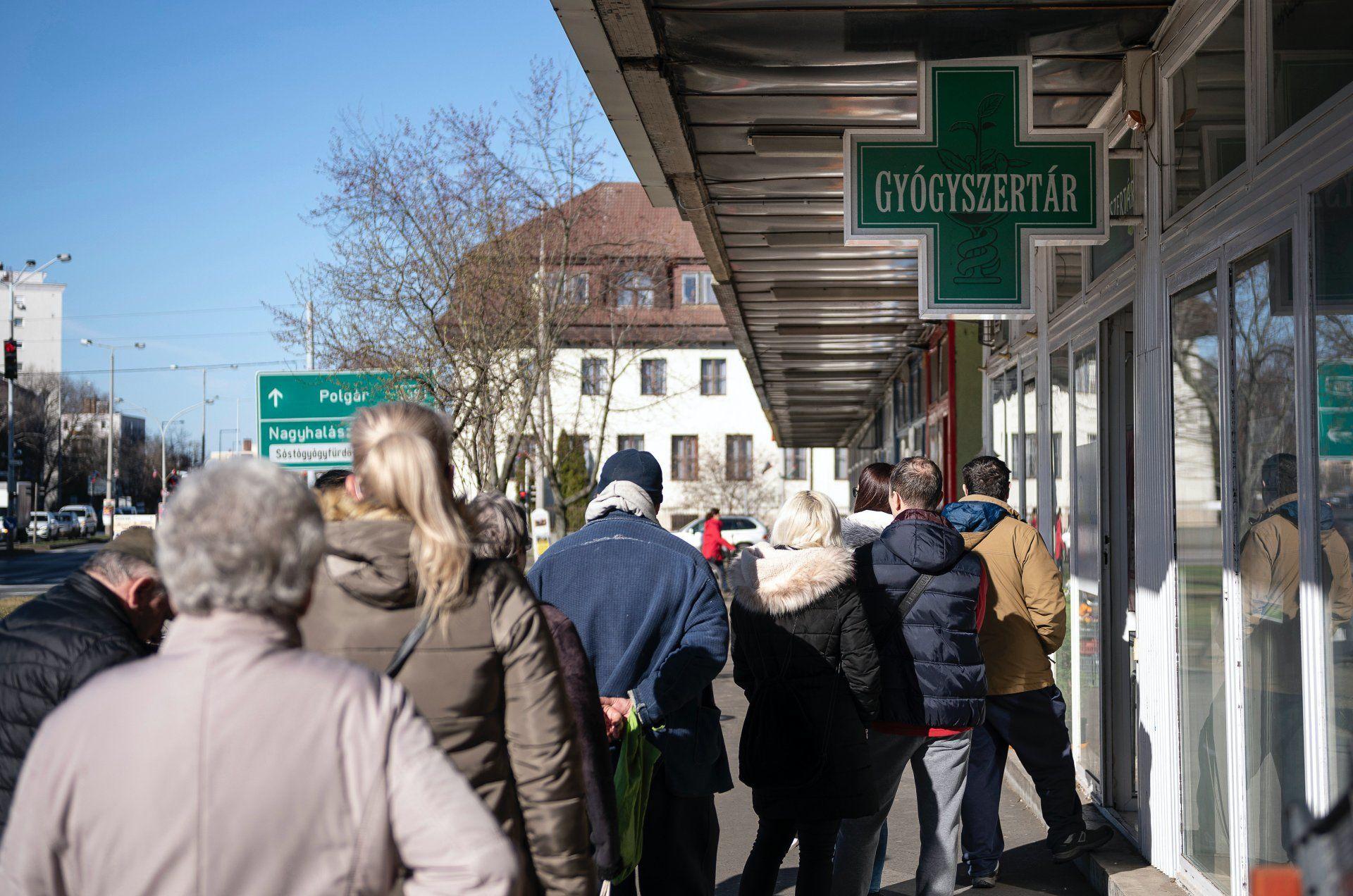 Sorban állók egy gyógyszertárnál Nyíregyházán 2020. március 14-én (Fotó:MTI/Balázs Attila)